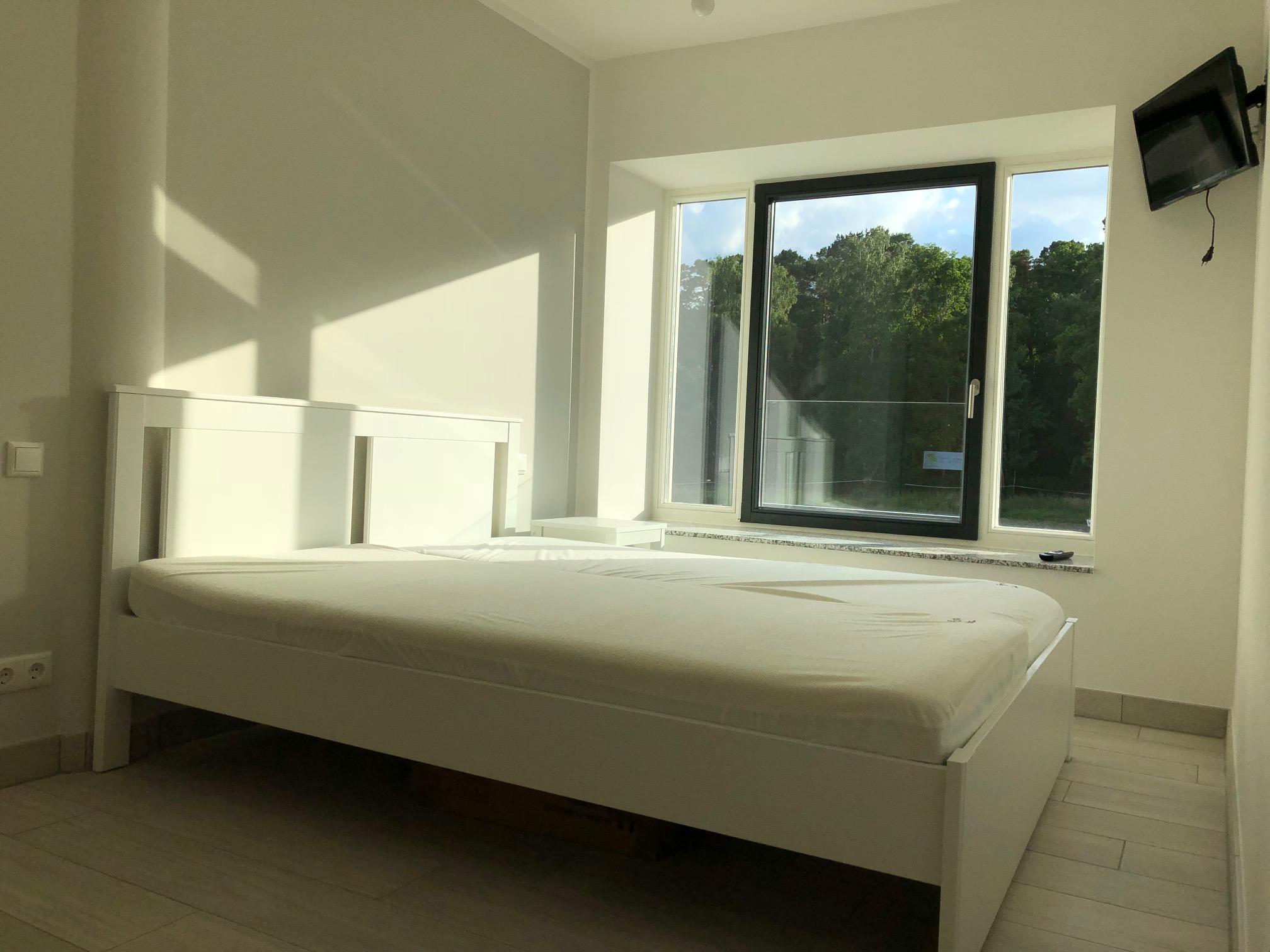 Schlafzimmer 2 mit weißem Doppelbett 160x200cm, Verdunklungsplissees vorhanden