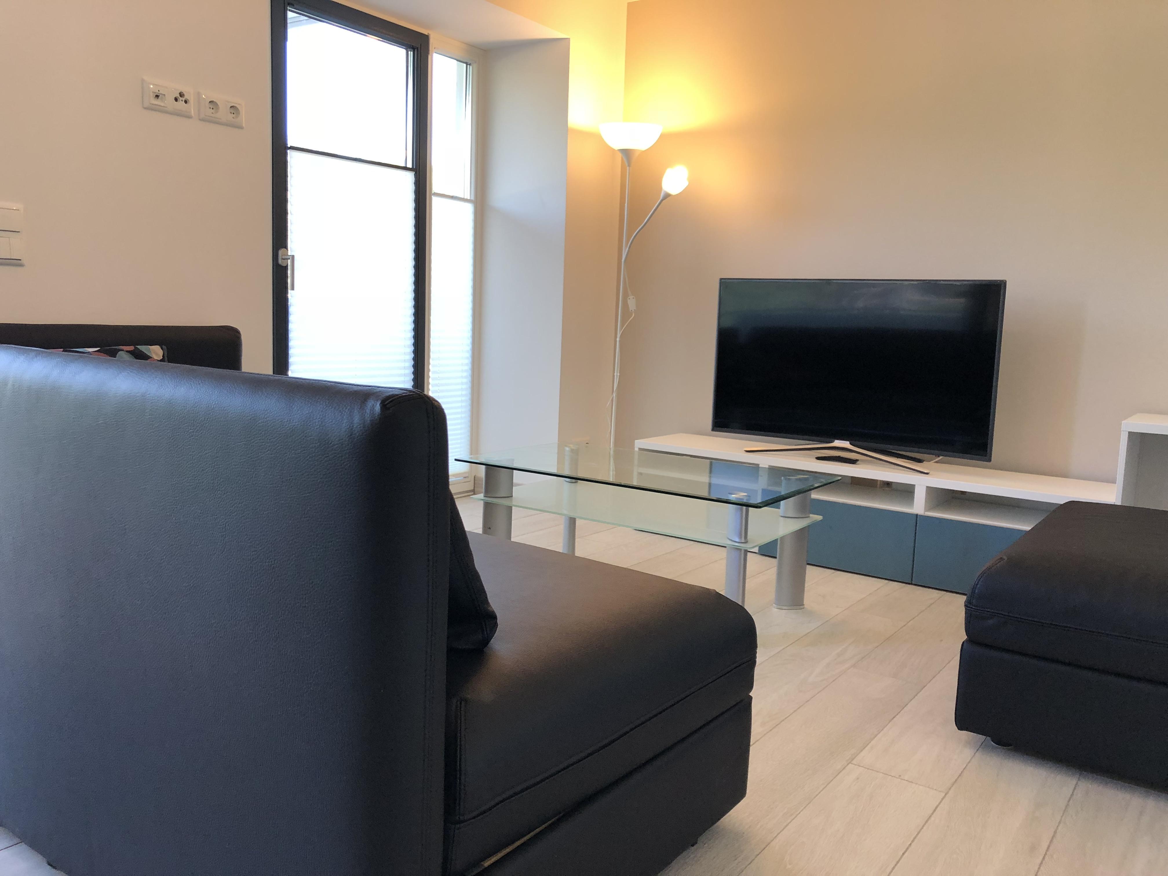 Gemütliches Wohnzimmer mit Smart-TV